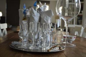 De whisky en proefglazen staan klaar